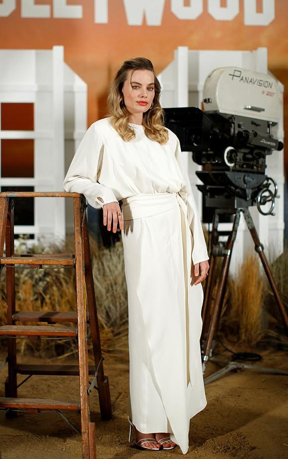 Margot Robbie hội tụ đầy đủ yếu tố trở thành minh tinh hàng đầu của Hollywood. Không chỉ xinh đẹp, nóng bỏng, cô đào sinh năm 1990 còn diễn xuất ấn tượng ở đủ kiểu vai diễn. Từ danh hiệu quả bom sex, Margot đã khẳng định là một diễn viên tài năng qua hai bộ phim I, Tonya và Mary Queen of Scots, nhận được đề cử Nữ diễn viên xuất sắc tại giải Oscar và BAFTA.