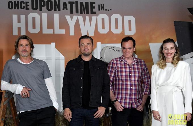 Bộ ba chụp ảnh cùng đạo diễn Quentin Tarantino. Bộ phim Once Upon a Time in Hollywood sẽ ra mắt tại Bắc Mỹ từ ngày 26/7. Phim từng được công chiếu tại liên hoan phim Cannes hồi tháng 5 và gây được tiếng vang lớn.