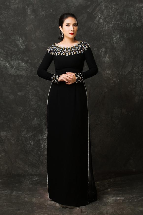 Nữ nghệ sĩ cảm thấy hài lòng khi khoác lên mình bộ sưu tập do NTK Minh Châu thực hiện. Sử dụng sắc đen chủ đạo với chất liệu cao cấp, loạt trang phục được bà mẹ một con nhận xét có tác dụng che vùng bụng, đùi hiệu quả.