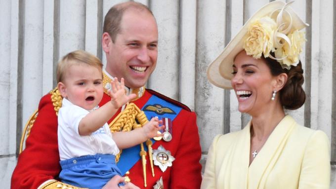 Trong lễ diễu binh mừng sinh nhật lần thứ 93 của Nữ hoàng, Hoàng tử Louis lần đầu xuất hiện công khai trước hàng nghìn người dân Anh. Tuy nhiên, cậu bé không hề e rè. Louis liên tục vẫy tay với người hâm mộ, chăm chú theo dõi biểu diễn máy bay và chỉ hơi cau có khi bị mẹ nhắc nhở không mút tay.