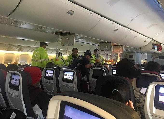Đội ứng cứu khẩn cấp mặt đến lên máy bay để hỗ trợ những người bị thương trên chuyến bay của Air Canadasau khi gặp trận nhiễu động và phải hạ cánh tại Hawaii hôm 11/7. Ảnh: HawaiiNews Now.