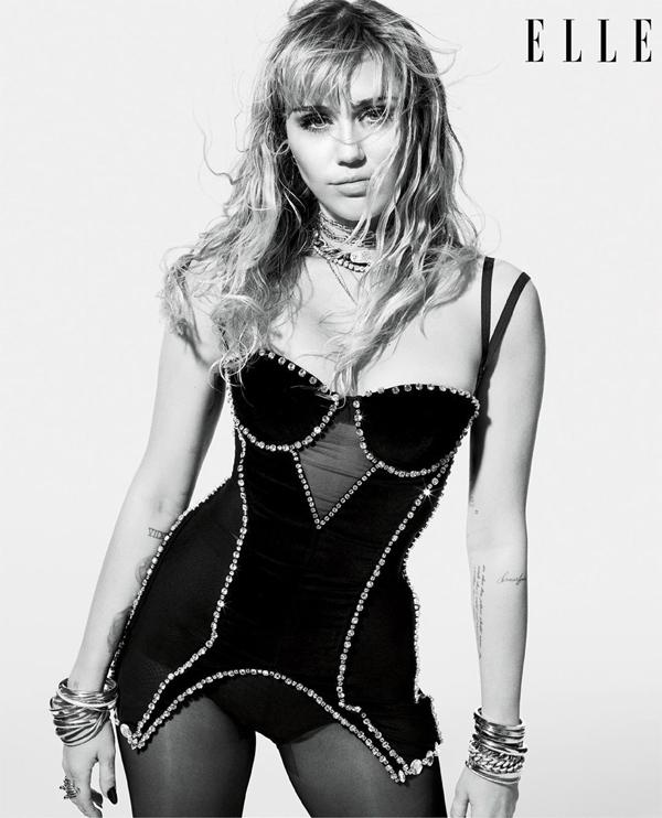 Miley trở lại phong cách sexy, táo bạo sau khi kết hôn.