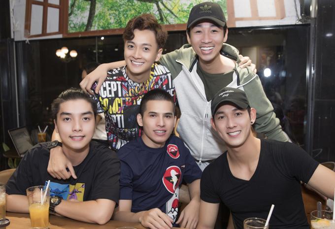 Diễn viên hài Hải Triều, ca sĩ Quốc Thiên và Song Luân cũng làbạn bè thân thiết với Ngô Kiến Huy.