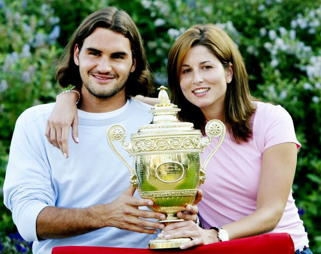 Federer và Mirka chụp ảnh cùng Cup Wimbledon đầu tiên năm 2003 của anh.