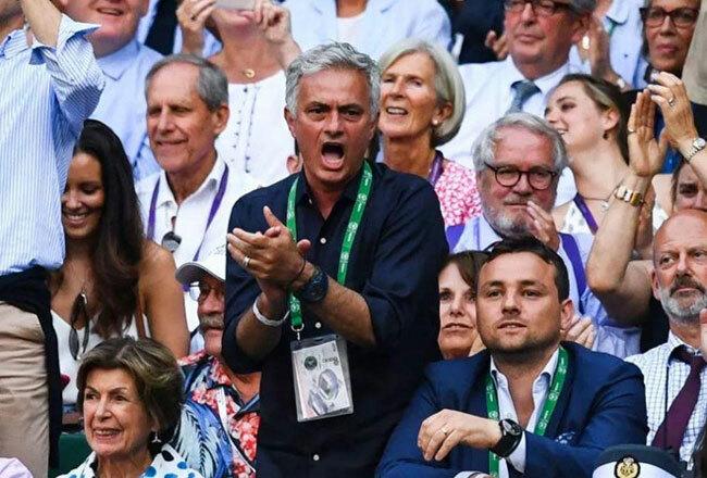 HLV Mourinho phấn khích đứng lên vỗ tay sau pha đánh bóng hay của hai đối thủ.