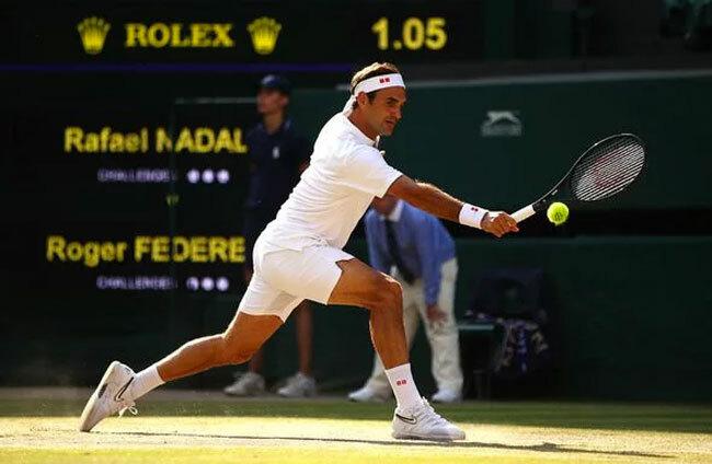 Cô theo sát từng đường bóng của chồng. Federer vượt qua Nadal để lần thứ 12 vào chơi chung kết Wimbledon.