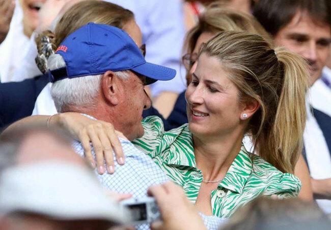 Sau khi Federer giành được chiến thắng, cô vợ Mika và người cha Robert đã ôm lấy nhau để chia sẻ niềm vui. Tàu tốc hành có lần thứ 12 vào chung kết Wimbledon và đang hướng tới danh hiệu thứ 9 tại đây.