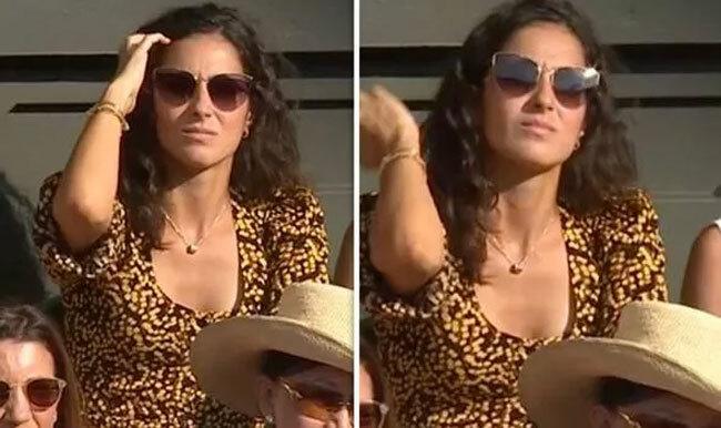 Xisca Perello ngồi ở hàng sau trong khu VIP khán đài cổ vũ Nadal. Trong suốt trận đấu, bạn gái của tay vợt Tây Ban Nha không thể hiện cảm xúc nhiều. Xisca chăm chú theo dõi các đường bóng kịch tính giữa hai đối thủ.