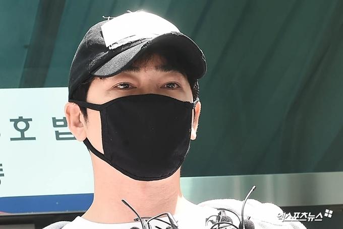 Kang Ji Hwan lặng lẽ xuất hiện trước phiên tòa sáng 12/7.
