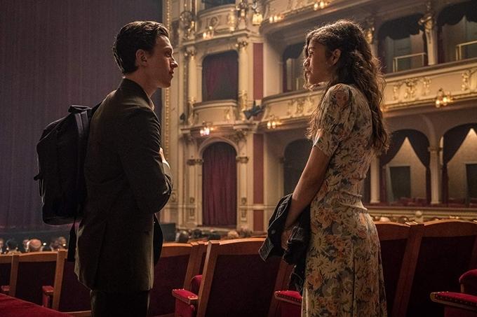 Cảnh phim nhóm bạn đi xem opera được ghi hình trong một rạp hát có thật của Praha, cảnh dạo phố riêng tư sau đó của Peter và bạn gái MJ (Zendaya đóng) cũng được quay trên đường phố của thành phố này.