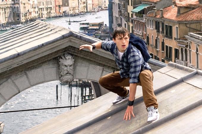 Câu chuyện phim Người Nhện xa nhà (Spider-Man: Far From Home) trải dài ở nhiều thắng cảnh của châu Âu. Thực tế, phần lớn nội dung phim được thực hiệntại London, một số cảnh được ghi hìnhtại Praha và New York. Trong một chương trình, nam chính Tom Holland người Anh vui vẻ kể: Phần 1 của phim tên là Người Nhện trở về nhà, nhưng tôi quay phim rất xa nhà, còn phần tên là Người Nhện xa nhà, tôi lại quay phim ởnơi chỉ cách nhà bố mẹ tôi 20 phút đi xe.