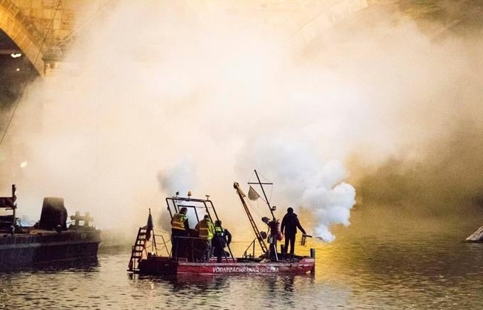 Cảnh quay cháy nổ được làm trực tiếp bằng kỹ xảo khói lửa trên sông ở Praha.