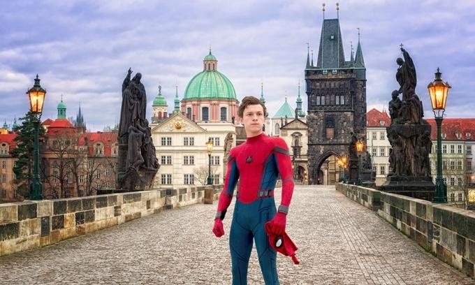 Nhà thiết kế Claude Paré khẳngđịnh, Người Nhện xa nhà là dự án điện ảnh tốn kém nhất được bấm máy ở Cộng hòa Séc trong một thập kỷ qua. Chính phủ nước này trải thảm đỏ cho đoàn phim đến đây quay ngoại cảnh, dừng phục vụ tham quan trên cây cầu Charles - biểu tượng của thủ đô Praha cho Tom Holland đóng phim.