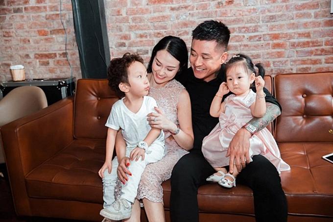 Vợ chồng Tuấn Hưng và hai con.