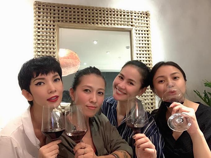 Thân Thúy Hà tụ tập ăn uống cùng Thùy Trang (vợ ca sĩ Phạm Anh Khoa), siêu mẫu Xuân Lan và những người bạn.