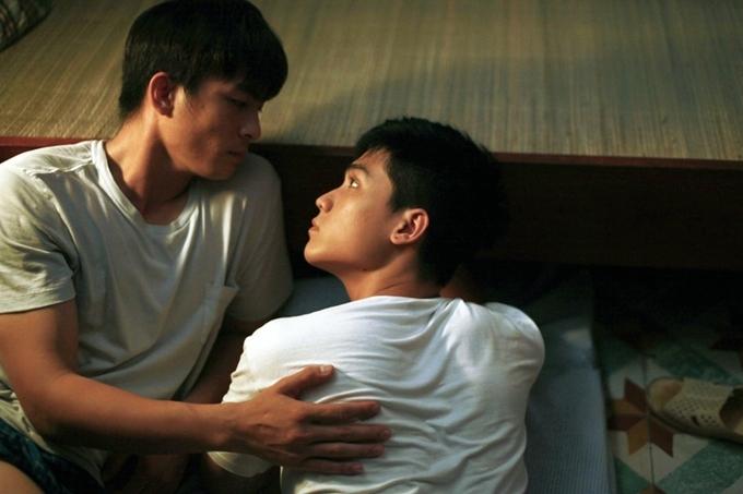 Cặp đôi đồng tính trong phim dành cho nhau nhiều cử chỉ trìu mến.