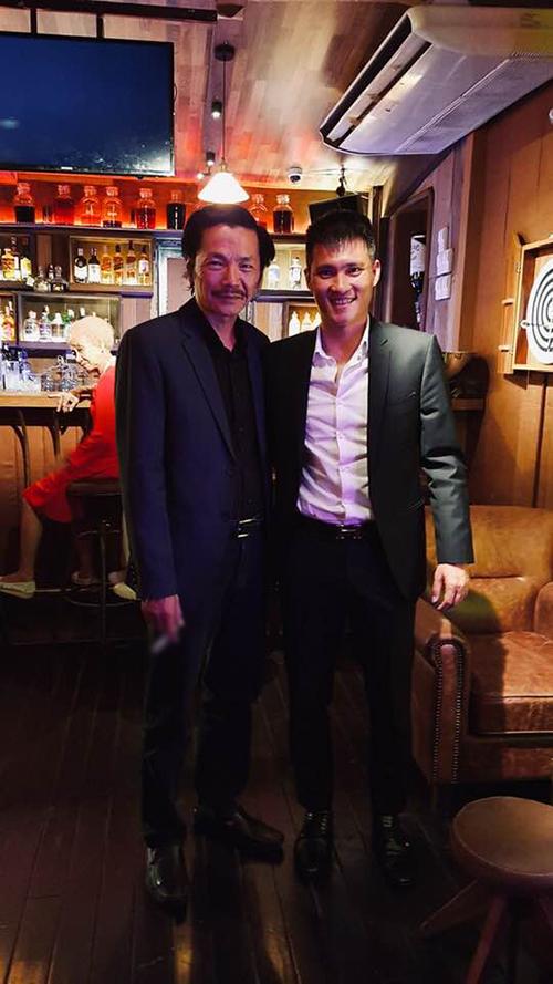 Nghệ sĩ Trung Anh pose hình cùng Công Vinh. Nam diễn viên nhận xét: Công Vinh là cầu thủ luôn nỗ lực hoàn thiện bản thân. Yêu quý em.