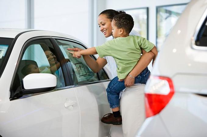 Xe mới chỉ đáp ứng cơ bản có thể đắt hơn xe cũ được trang bị nhiều tính năng. Ảnh: Corbis.