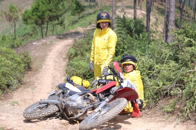 HHen Niê, Kỳ Duyên liên tục ngã khi chạy xe côn ở Hà Giang