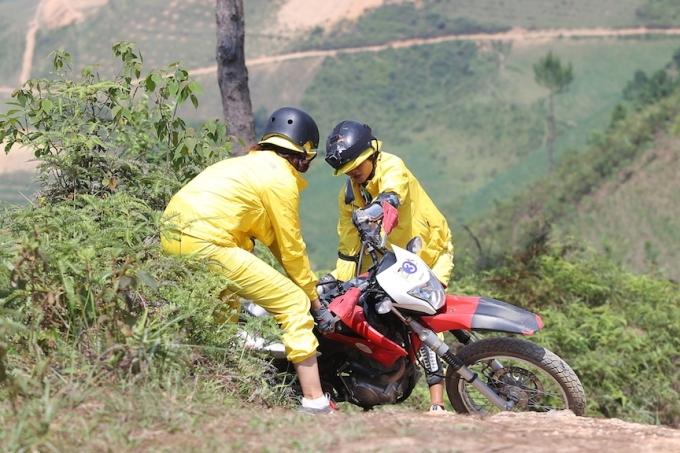 HHen Niê, Kỳ Duyên liên tục ngã khi chạy xe côn ở Hà Giang - 1
