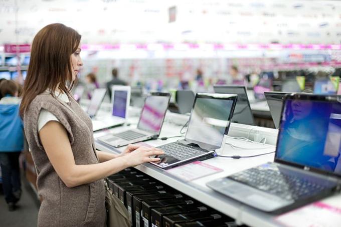 Mạo hiểm mua hàng điện tử tân trang có thể giúp giảm chi tiêu. Ảnh:E+.