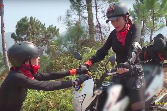 HHen Niê, Kỳ Duyên liên tục ngã khi chạy xe côn ở Hà Giang - 3