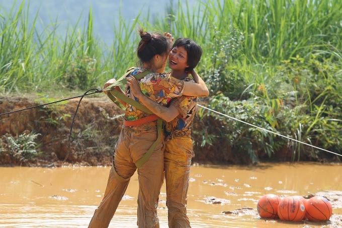 HHen Niê, Kỳ Duyên liên tục ngã khi chạy xe côn ở Hà Giang - 8