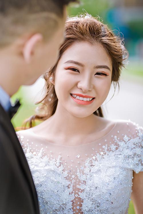Nụ cười của cô dâu là điểm nhấn của bức hình, vũ khí chinh phục trái tim của tân lang.