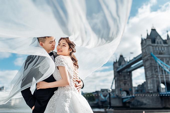 Uyên uơng sử dụng thêm đạo cụ là voan cưới dài giúp tấm hình trở nên sinh động.