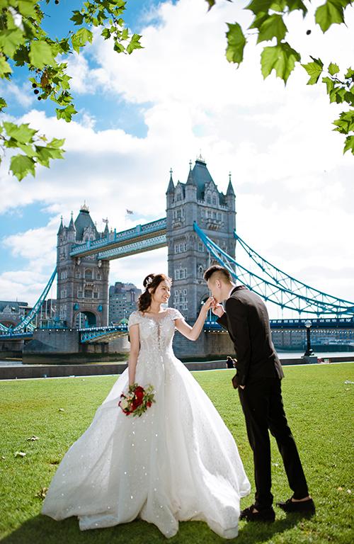 Nền cảnh thiên nhiên xanh mát mắt, kiến trúc Anh giúp tấm hình trở nên lãng mạn, ấn tượng.