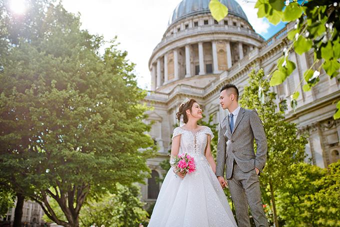 Cả hai di chuyển đến nhiều địa danh ở London để chụp hình với mong muốn có thêm ảnh đẹp trong album cưới.