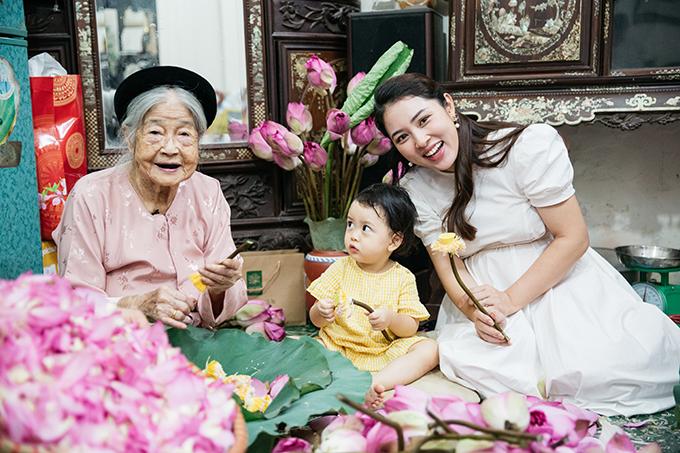 Gia đình chồng Bảo Trâm có truyền thống nhiều đời làm trà sen. Bà nội của anh là cụ Nguyễn Thị Dần, nghệ nhân làm trà sen cuối cùng tại Hà Nội. Cụ đã có hơn 75 năm kinh nghiệm làm món trà thượng hạng, đòi hỏi nhiều công phu này.