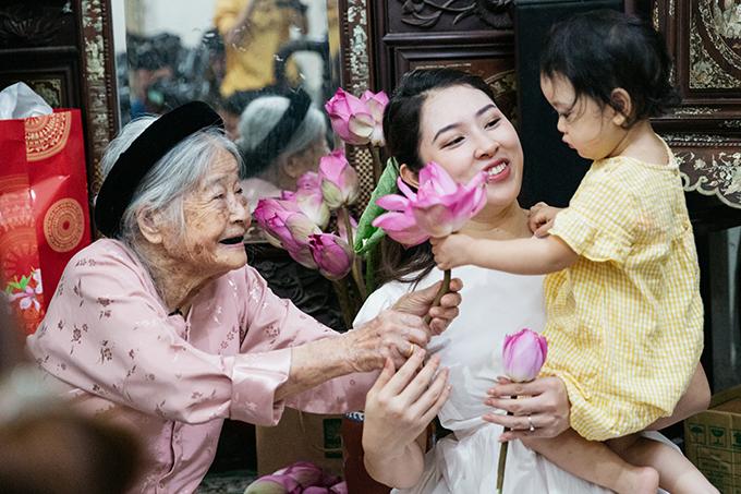 Con gái Bảo Trâm thích thú với hương thơm ngát của những bông sen Tây Hồ chính hiệu.