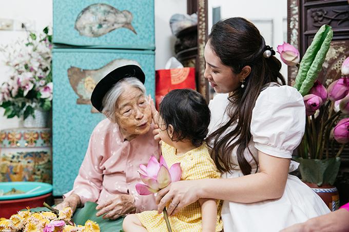 Kem chưa thể giúp gì trong công việc làm trà sen nhưng sự hồn nhiên của cô bé khiến cụ nội thêm vui vẻ khi làm việc.
