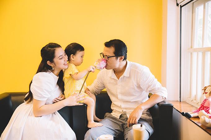 Em bé còn giấu riêng một bông xen đem về khoe với bố. Ông xã Bảo Trâm tên Hải Linh, từng trải qua nhiều công việc và hiện điều hành một start-up về nông nghiệp. Họ kết hôn tháng 10/2015 sau 7 tháng yêu nhau.