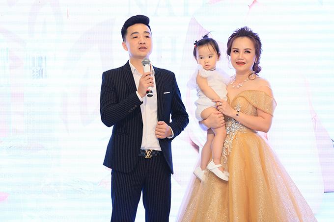 Cô Xuyến Hoàng Yến tựa vai ông Sơn Trung Anh trước mặt chồng - 8