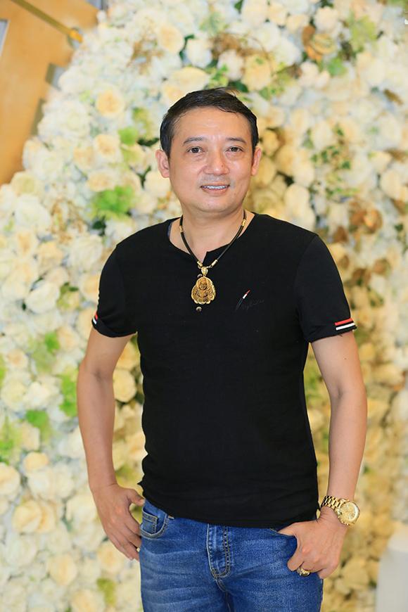 Cô Xuyến Hoàng Yến tựa vai ông Sơn Trung Anh trước mặt chồng - 13