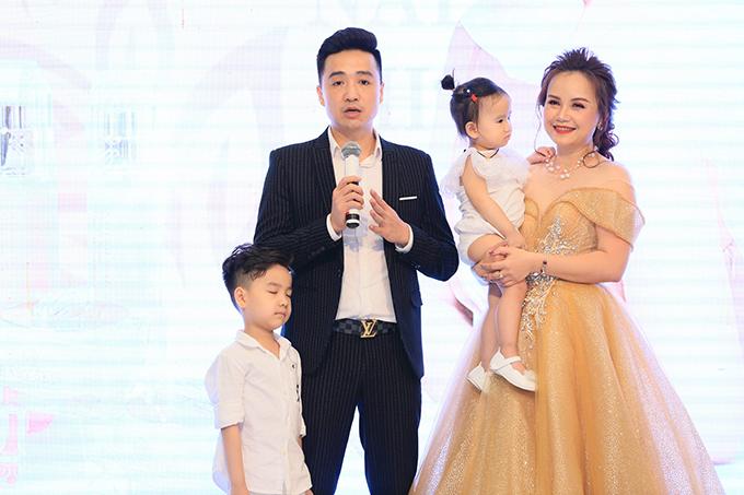 Cô Xuyến Hoàng Yến tựa vai ông Sơn Trung Anh trước mặt chồng - 7