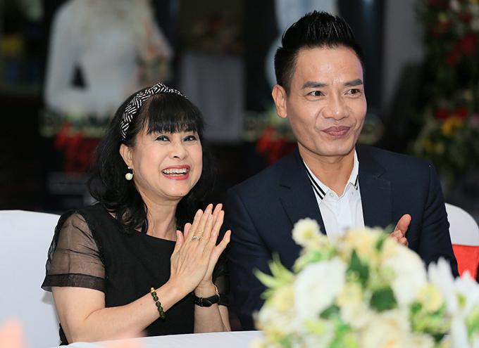Cô Xuyến Hoàng Yến tựa vai ông Sơn Trung Anh trước mặt chồng - 12