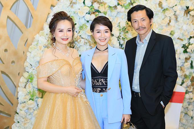 Diễn viên Hoàng Kim Ngọc - người thủ vai Uyên trong Về nhà đi con cũng có mặt để ủng hộ diễn viên Hoàng Yến. Cô vui vẻ hội ngộ NSƯT Anh. Ở ngoài đời, Hoàng Kim Ngọc cũng gọi nghệ sĩ là bố giống như những diễn viên khác trong đoàn.
