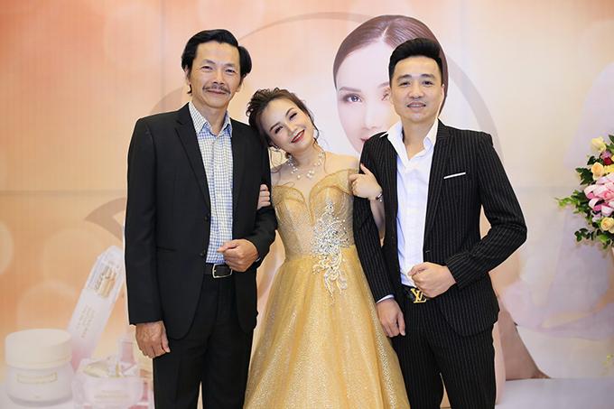 Có mặt ông xã tại sự kiện, Hoàng Yến vẫn thoải mái tựa vai tình cảm bên NSƯT Trung Anh. Nữ diễn viên chia sẻ, chồng cô vốn là người rất hay ghen nhưng luôn tin tưởng vợ tuyệt đối.