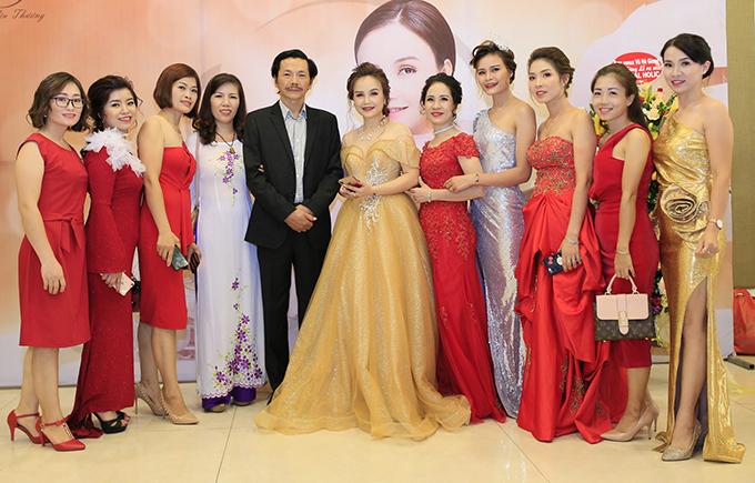 Nhờ hiệu ứng của vai ông Sơn trong Về nhà đi con, NSƯT Trung Anh được rất nhiều ngườiyêu thích. Tại sự kiện, khán giả xin chụp ảnh cùng ông không lúc nào ngớt.