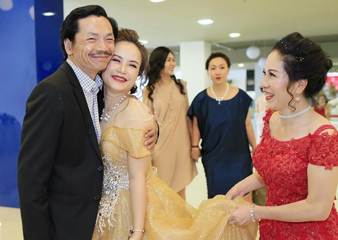 Chiều 13/7, NSƯT Trung Anh gây bất ngờ khi xuất hiện tại sự kiện mừng công ty mỹ phẩm của diễn viên Hoàng Yến ra mắt sản phẩm mới.Ông Sơn ôm chầm lấy bà Xuyến trong sự phấn khích của các khách mời.