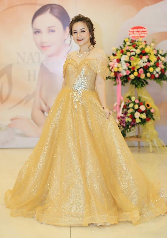 Cô Xuyến Hoàng Yến tựa vai ông Sơn Trung Anh trước mặt chồng - 6
