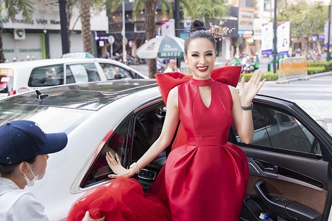 Sau khoảng thời gian dài tham gia tu tập và các hoạt động từ thiện, Angela Phương Trinh tái xuất showbiz khi góp mặt trong tiệc tinh nhật của hãng đồng hồ nổi tiếng thế giới.