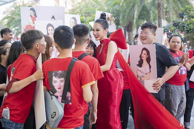 Người đẹp vô cùng phấn khởi vì ngay khi xuất hiện đã nhận được sự chào đón nồng nhiệt của lực lượng fan hâm mộ trung thành.