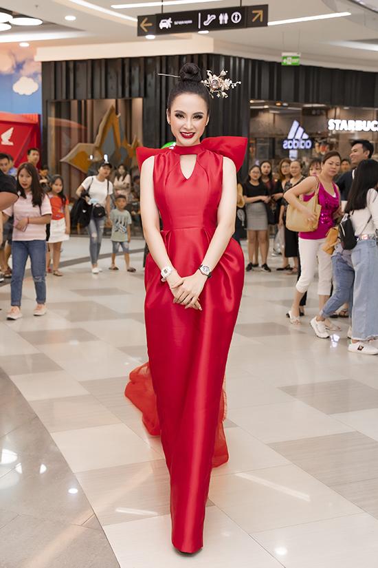 Gớp mặt tại sự kiện, Angela Phương Trinh chọn mẫu váy đỏ tươi của nhà thiết kế Phương My để chưng diện.
