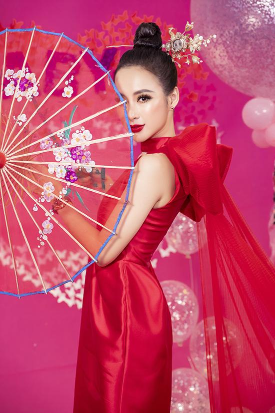 Mẫu trâm cài tóc được chê tác thủ công được Angela Phương Trinh chọn làm điểm nhấn tôn nét sang trọng, đài các cho mình.