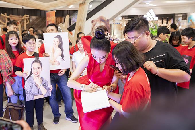 Angela Phương Trinh nhiệt tình ký tặng tên cho khán giả hâm mộ.