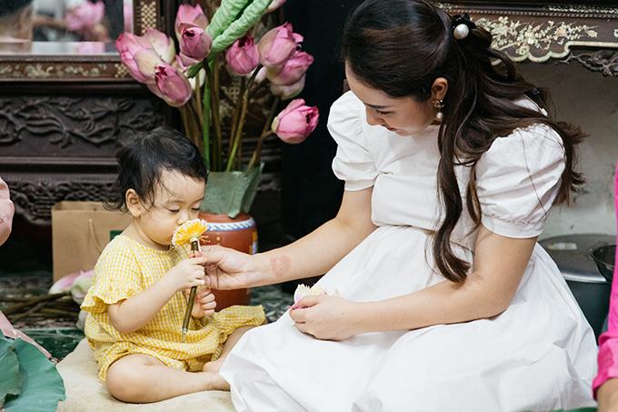 Chia sẻ với Ngoisao.net, Bảo Trâm cho biết, bé Kem mới 23 tháng tuổi nhưng nữ ca sĩ vẫn mong muốn cô bé được tiếp xúc với truyền thống gia đình từ sớm. Mỗi lần đến chơi nhà cụ, em bé đều được giới thiệu về hoa sen và trà sen. Khi ở nhà, bé cũng thường xuyên được mẹ dạy nhặt rau.